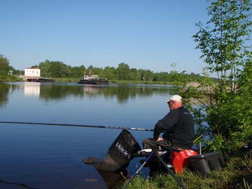 Рыбак с маховым удилищем