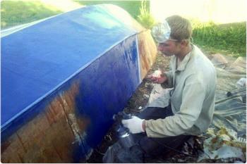 Нанесение краски на борт методом распыления с помощью краскопульта.