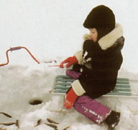 Даже дети уменют ловить рыбу зимой