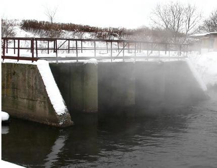 Не замерзающая плотина - отличное место для рыбалки