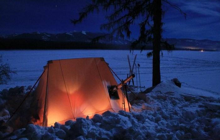 Палатка зимней ночью на снегу