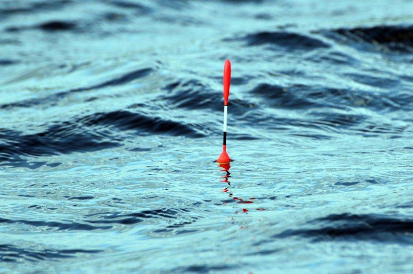 Рябь на воде при рыбалке