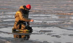 рыбак ловит плотву на последнем льду