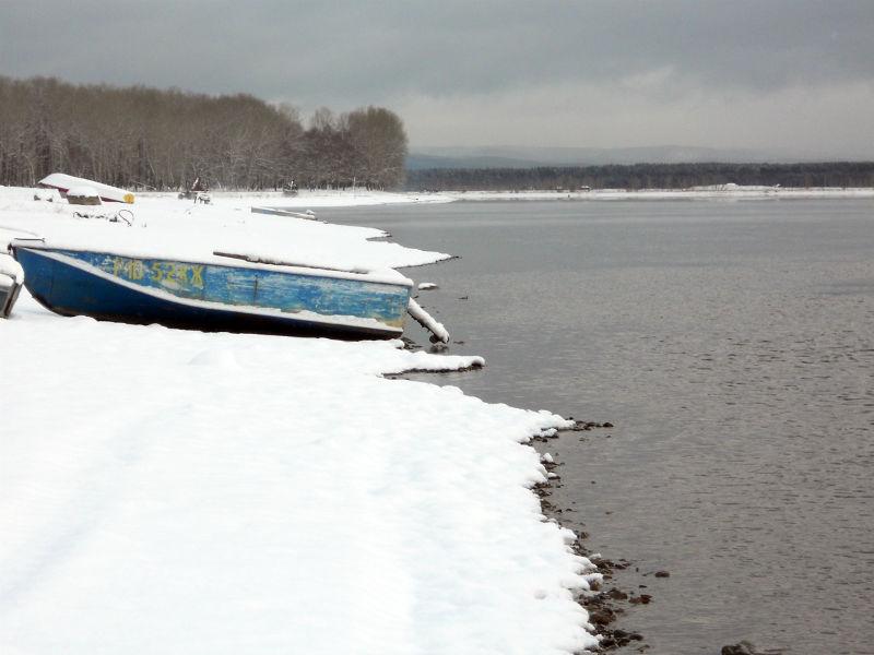 Рыбацкие лодки не убирают всю зиму