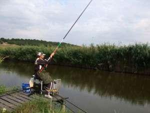 Для начала стоит приобрести небольшую двухместную надувную лодку из ПВХ. Для одного рыбака это самый удобный вариант, есть место для снастей и улова. Лодка легко транспортируется и на ней можно подплывать в любые недоступные